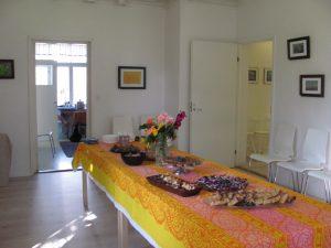 Pöytä katettuna avajaisiin 11.9.16